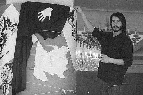 Молодой орловский художник К. Андреев демонстрирует свой вариант оформления рекреации ЦДА. Москва. 1988 год.