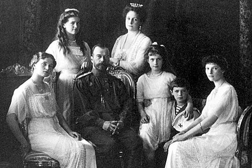 Николай II в окружении императрицы и великих княжен