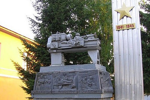 Памятник токарному станку
