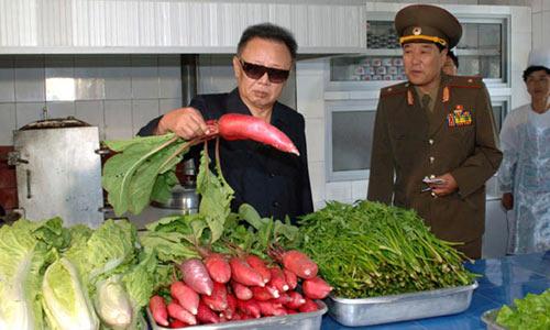 Ким Чен Ир знакомится с продуктами армейской столовой