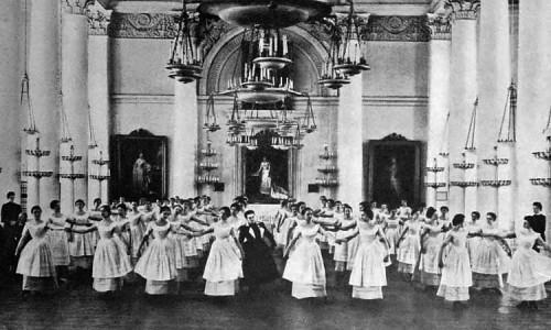Выпускницы Смольного института благородных девиц репетируют менуэт к выпускному балу.