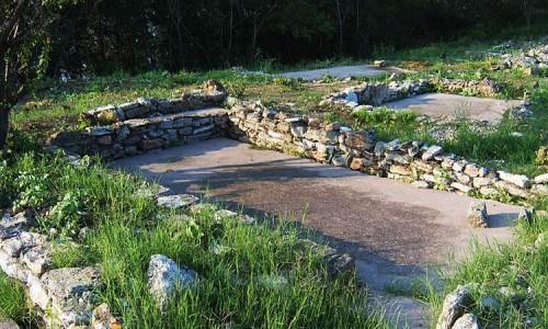 Останки каменного фундамента жилища времен позднего неолита в Болгарии.