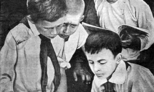 Крестьянские дети читают журналы. 1927 год.