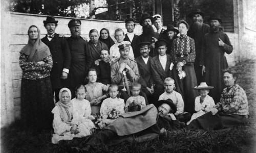 Сельский урядник Георгий Дмитриевич Дудин (стоит третий слева) был уважаем и крестьянами, и представителями местной интеллигенции.