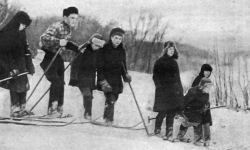 Инструктор по лыжам в сельской школе. 1928 год.
