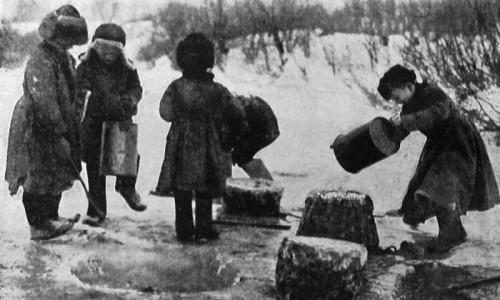 Крестьянские дети готовят ледяной каток. 1928 год.