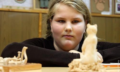 Девочка смотрит на треснувшую фигурку медведика.